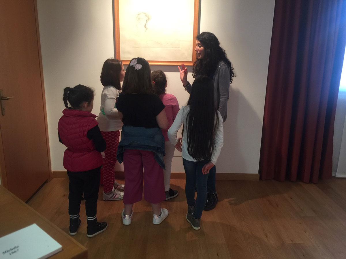 Mariella Pasotto di Sabaudia Culturando durante il primo appuntamento del MUSEO EMILIO GRECO RACCONTATO AI BAMBINI