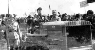 Il-Duce-guida-un-trattore