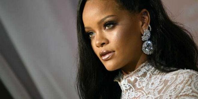 """Rihanna fa causa al padre per uso improprio del nome """"Fenty"""""""